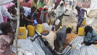 Menschen in einem Flüchtlingslager in Mogadischu