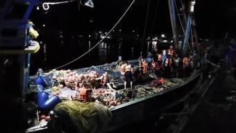 Vor der thailändischen Ferieninsel Phuket ist ein Boot mit 90 Menschen gekentert. Knapp die Hälfte davon konnte gerettet werden.