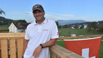 Vom Holzturm auf dem Gelände kann OK-Präsident Roland Stöckli – der ein passionierter Fahrer, aber selber nicht am Start ist – die ganzen Turnierplätze überblicken. lh