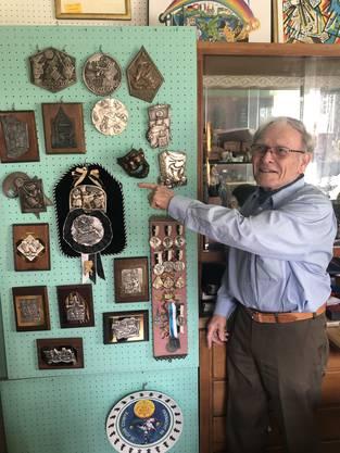 Hanspeter Wälle gehört zu den passioniertesten Sammlern von Plaketten der Basler Fasnacht. Er hat sie alle – die «Goldige» bewahrt er in einem Safe auf, denn manche von ihnen sind zwischen 5000 und 10 000 Franken wert. Hier zeigt er eine Sammlung alter Zugsplaketten. Im Laden seiner Frau, dem «Glungene Stübli», handelt der 85-Jährige noch heute mit den Plättchen.