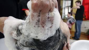 Haare waschen nach einer Atomexplosion ist ohne Gefahr möglich. Von einer Haarspülung wird dagegen abgeraten. (Symbolbild)