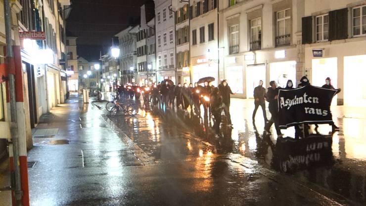 Die Demonstranten zogen mit einem Banner «Asylanten raus» durch die Altstadt.