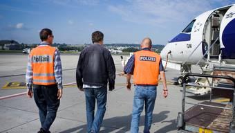 Seit die Ausschaffungsinitiative in Kraft ist – hier begleiten zwei Polizisten einen verurteilten Polen zum Rückflug –, ist der Aufwand für Aargauer Gerichte gestiegen.