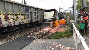 Güterzug kollidiert mit Lieferwagen