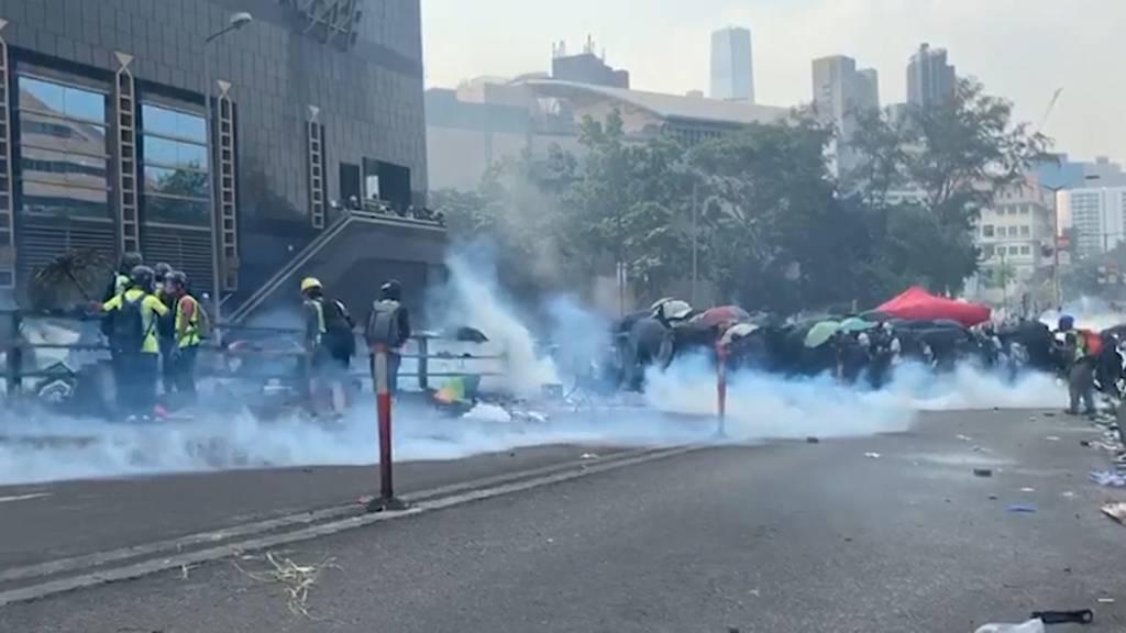 Hongkong: Demonstranten verschanzen sich vor Polizei in der Universität