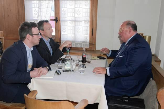 Edward Mc Mullen im Gespräch mit Roman Schenkel (l.) und Patrik Müller.