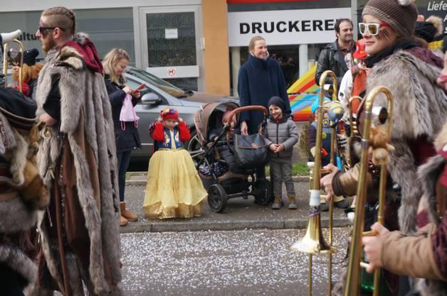 Die Gugge Tresner Moschtgügeler aus Triesen im Fürstentum Liechtenstein zog ebenfalls durch die Dietiker Strassen.
