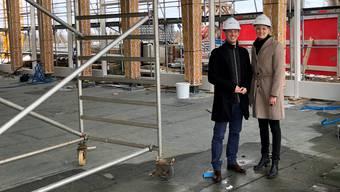 Sie stehen in der riesigen neuen Panoramahalle des Kurhauses bereits im Trockenen: Direktorin Andrea Schlumpf und Vizedirektor Lukas Wilhelmi.