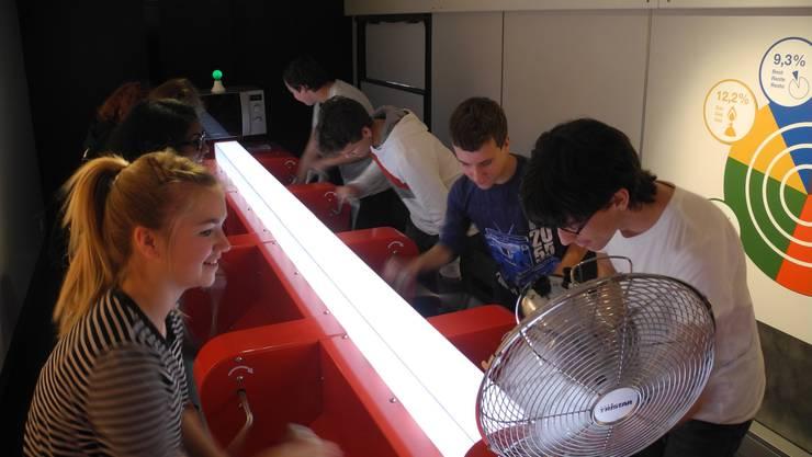 Im Schul-und Erlebniszug können die Jugendlichen für drei Minuten eigenhändig Energie produzieren