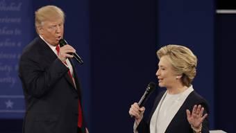 Ein Duett in Eintracht? Im Gegenteil: Donald Trump (l) mit Einschüchterungstaktik gegen Hillary Clinton.