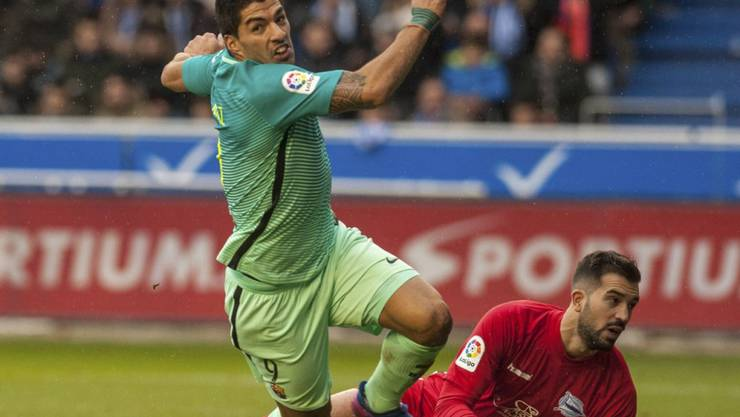 Luis Suarez zieht jubelnd von dannen, Alaves' Goalie Fernando Pacheco ist ein weiteres Mal geschlagen
