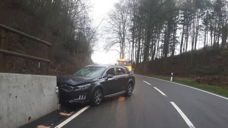 Der Fahrer musste wohl einem entgegenkommenden Auto ausweichen, das auf seine Fahrbahn geriet.