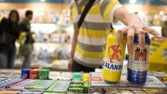 Der Detailhändler Valora verkauft am Zürcher Hauptbahnhof wieder bis Mitternacht Alkohol - erlaubt wäre das nur bis 22. Uhr. (Symbolbild)