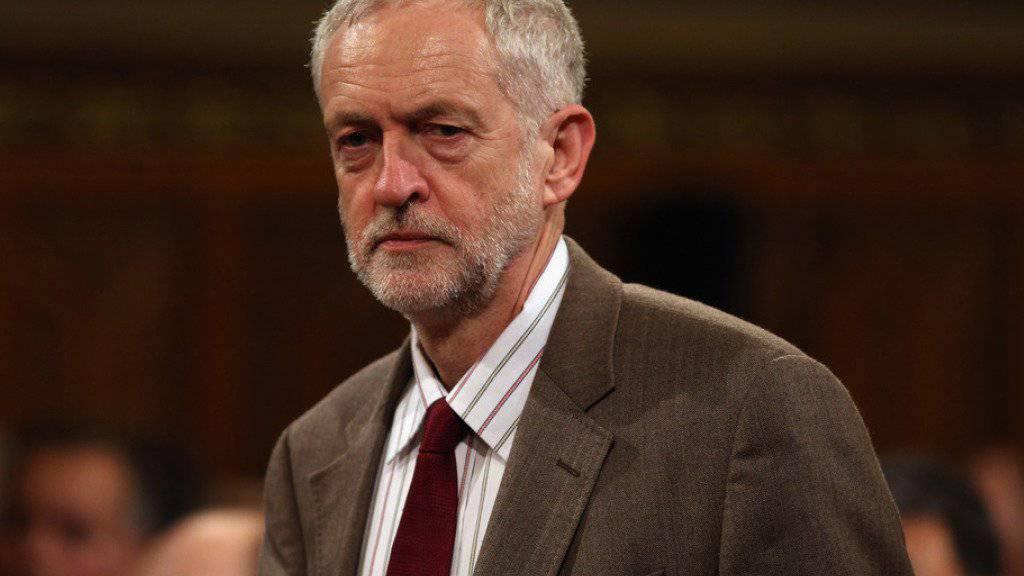 Labour-Chef Corbyn ist seit dem EU-Referendum politisch schwer angeschlagen. Im Wahlkampf um den Parteivorsitz warf mit Owen Smith nun ein zweiter Kandidat seinen Hut in den Ring.