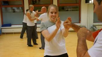 Jeanine Eberle trainiert mit Lehrer und Schulleiter Marcello Ventre die Kampfkunst Wingtsun, die ein Stil des Kung Fus ist.