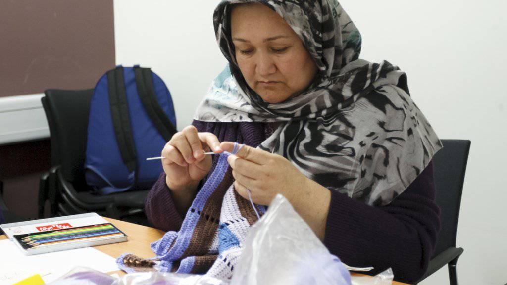 Arbeitgeber dürfen Kopftücher am Arbeitsplatz laut EU-Gericht (EuGH) verbieten - aber nur unter bestimmten Voraussetzungen. Allein der Kundenwille, nicht von einer Frau mit Kopftuch eine Leistung zu erhalten, genügt nicht für ein Verbot. (Archiv)