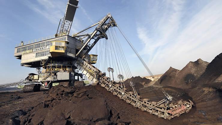 Europas grösster Versicherungskonzern Allianz will zur Einhaltung der Klimaziele von Paris beitragen - und steigt deshalb aus den Versicherungen mit dem Kohlebergbau und Kohlekraftwerken aus. (Archiv)