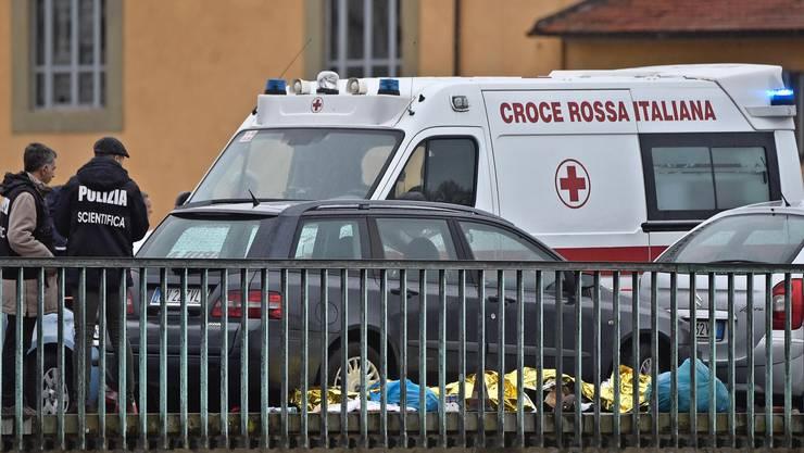 Ein älterer Italiener hat am Montag in Florenz auf offener Strasse mit einer Pistole um sich geschossen.