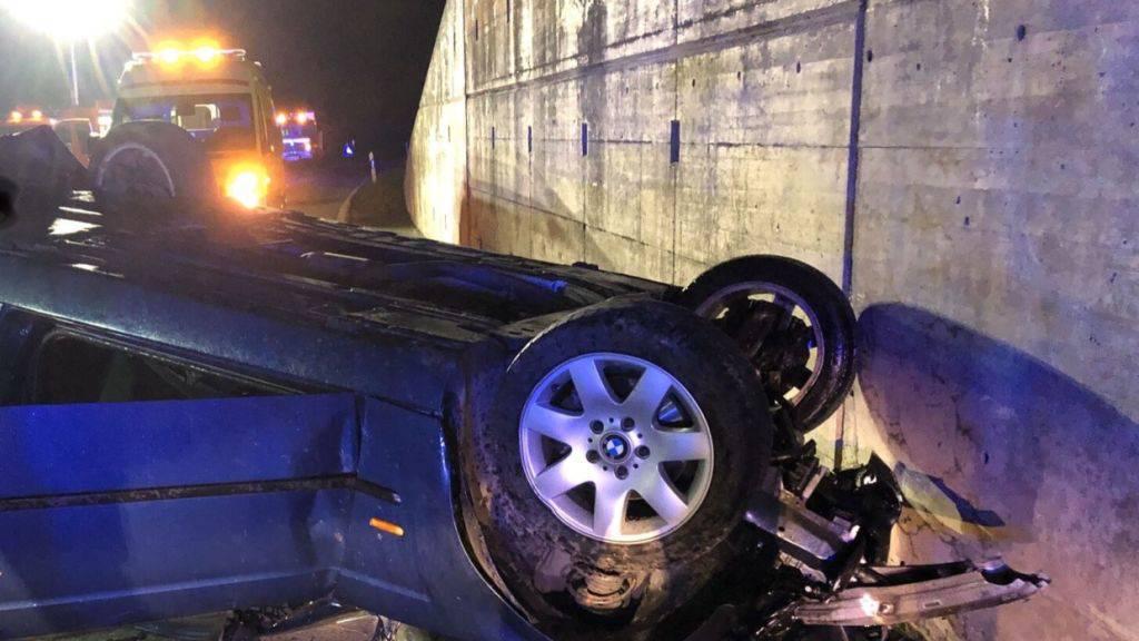 Das Auto des verunglückten Fahrers blieb auf dem Dach liegen.