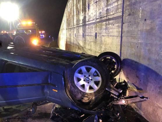 Grône VS, 15. November: Ein Autofahrer ist bei einem Selbstunfall gestorben. Der 54-Jährige war in einer Linkskurve auf der Fahrt von Siders VS in Richtung Sitten VS auf die andere Strassenseite geraten.