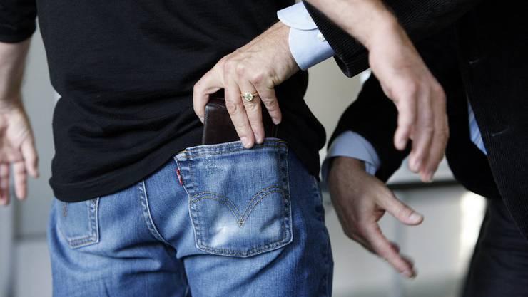 Bei den Festgenommenen handelt es sich um mutmassliche Trickdiebe. (Symbolbild).