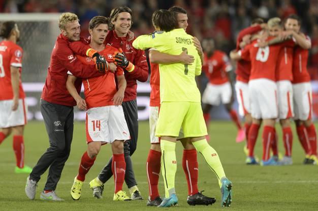 Die jubelnden Schweizer: Links Stocker in der Mitte, rechts Xhaka und Goalie Sommer.