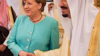 Bundeskanzlerin Angela Merkel wird von König Salman in Dschidda begrüsst.