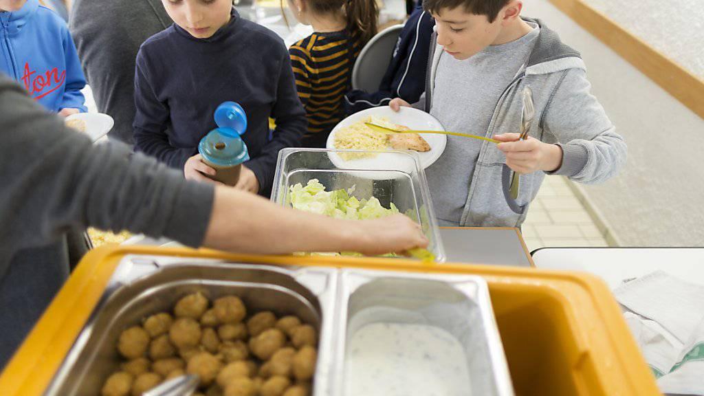 Mittagessen, Zvieri und Aufgabenhilfe sind tragende Elemente der schulischen Tagesangebote: Tagesschule Bungertwies in Zurich. (Archivbild)