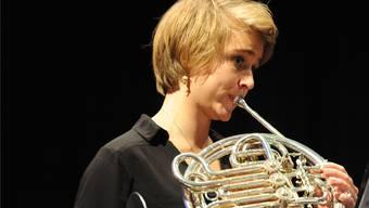 Fabienne Lehmann spielt ein Solo auf dem Waldhorn.