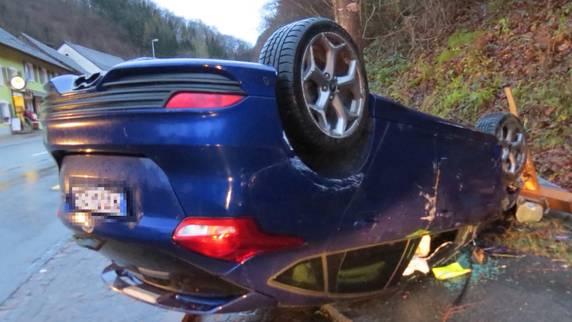 Betrunkener Autolenker fährt Bushäuschen zu Kleinholz