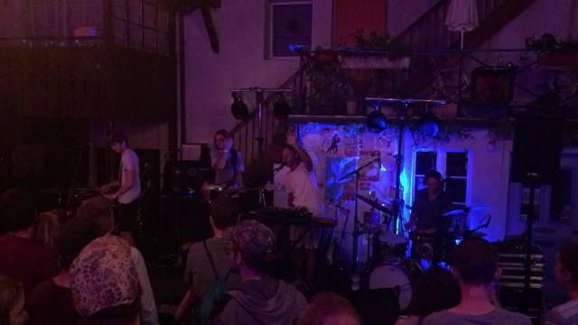 Musig i de Altstadt 2017: «Samba de la Muerte» bei ihrem Auftritt in der Tuchlaube am Freitag – die Luzerner Band machen tanzbaren «African Oriental Electro Pop».