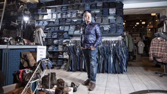 Hans Steinmann hält die Stellung: «Ich bin der letzte echte Jeansverkäufer in Zürich», sagt der Inhaber des Blue Jeans Shop. Doch auch er spürt zunehmend die Online-Konkurrenz. Foto: Tanja Demarmels