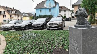 Die Büste von Maria Felchlin mit den neu gepflanzten Blumen steht vor der Friedenskirche.
