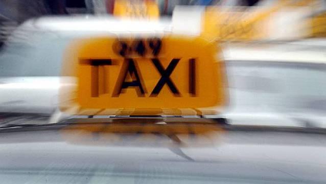 Es kam zu einer Streifkollision mit einem Taxi, der Unfallverursacher fuhr weiter. (Symbolbild)