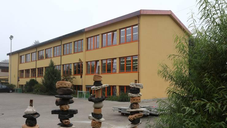 Das Schulhaus Salzmatt in Fulenbach soll einen Anbau im Süden erhalten und beim Haupteingang saniert werden.