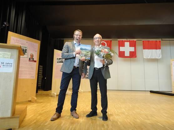 Gemeindepräsident Edgar Kupper (links) und Kurt Bader, Autor der neuen Festschrift, bei der Vernissage.