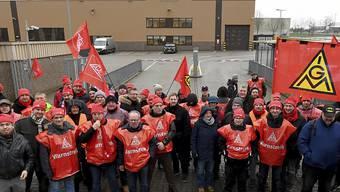 Metallarbeiter streiken heute im Südwesten Deutschlands, nachdem die IG Metall zuvor bereits in Hannover und Bremen zum Streik aufgerufen hatte.