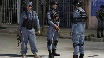 Afghanische Polizisten schieben vor dem Park Palace-Gästehaus Wache