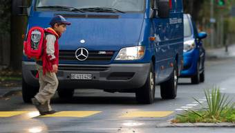 Autofahrer sollen vor einem Fussgängerstreifen immer ganz stoppen.