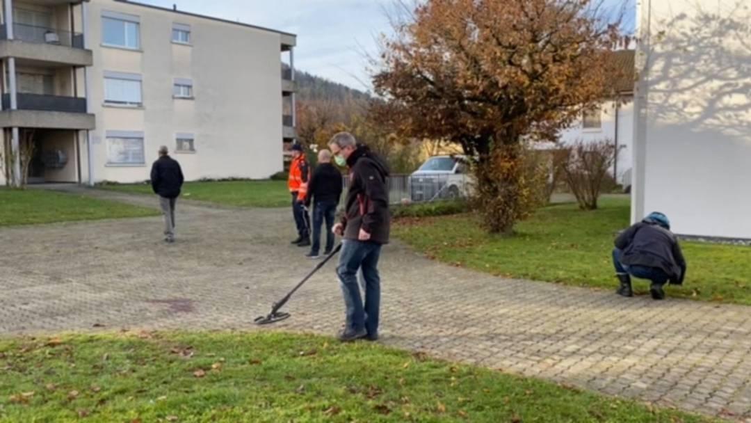 Forensiker der Kantonspolizei suchen Büsche und Wiesen ab