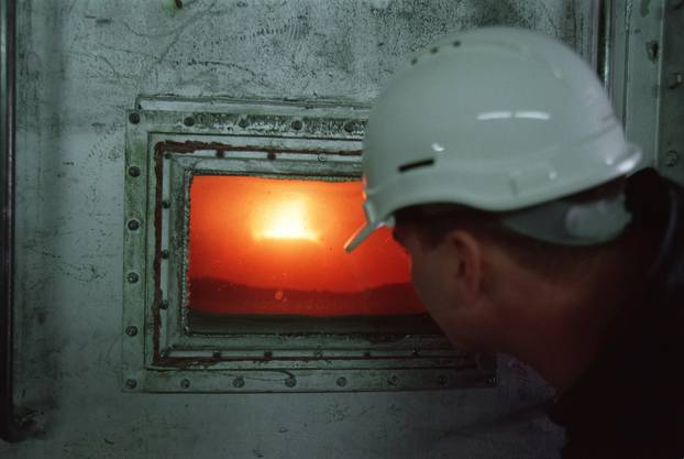 Das Zementwerk Holderbank wurde 1912 gegründet, und gehört seit 1992 zu Holcim. Kalkstein und Mergel werden zu einem feinen Pulver (Rohmehl) vermahlen und im 65 Meter langen Drehofen bei rund 1450 Grad zu Zementklinker gebrannt.