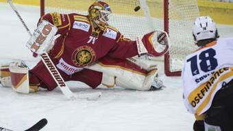 SCL-Goalie Ivars Punnenvos lässt den Schuss von Biels Ahren Spylo passieren