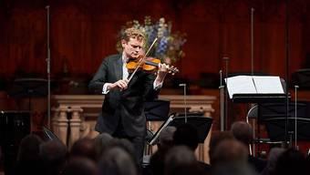 Der Solist Sebastian Bohren trat letztlich ganz solo an: Statt des ursprünglich geplanten zeitgenössischen Violinkonzerts von Sofia Gubaidulina stellte er sein Können mit einem Bach-Solo unter Beweis.