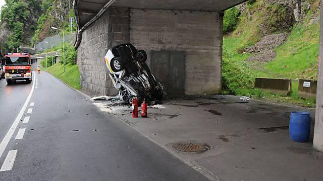 Das total demolierte Auto am Unfallort