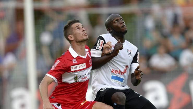 Dario Vidosic vom FC Sion und Aaraus Igor Nganga