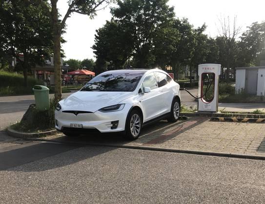 An einem Tesla Supercharger lädt das Model X mit maximal 120 kW. Per Update sollen bald 150 kW möglich sein.