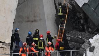 Die Hoffnung, Überlebende unter den Trümmern der eingestürzten Brücke zu finden, schwinden am zweiten Tag nach dem Unglück. (Foto:LUCA ZENNARO/EPA ANSA)
