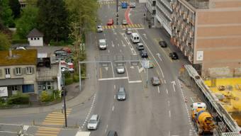Blick hinunter vom AZ-Hochhaus auf die Bruggerstrasse bei der Einmündung der Garten- (links) und Stadtttumstrasse (rechts). Wo heute die Baustelle ist, wird es keine Parkplätze mehr, nur noch einen Umschlagplatz geben