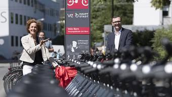 Ende Juni gab die Stadtberner Gemeinderätin Ursula Wyss den Startschuss zum Veloverleihsystem PubliBike. Schon bald stellte sich heraus, dass die Schlösser der Velos einfach geknackt werden können. Nun wird nachgerüstet.