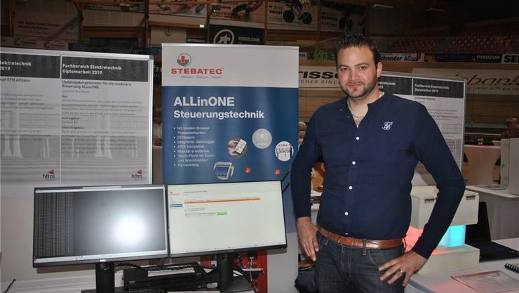 Jonathan Brechbühl präsentiert seine Diplomarbeit.